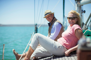 Couple relaxing on deck of sailboatの写真素材 [FYI02161730]