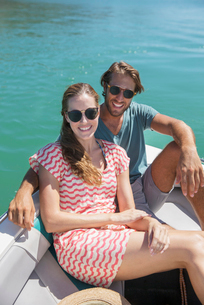 Couple sitting in boat on waterの写真素材 [FYI02161746]
