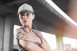 Woman playing music before exercisingの写真素材 [FYI02161747]
