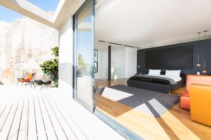 Sliding glass door onto bedroom in modern houseの写真素材 [FYI02161779]