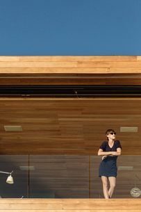 Woman standing on luxury balconyの写真素材 [FYI02161789]