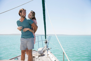 Couple hugging on deck of sailboatの写真素材 [FYI02161812]