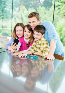 Family taking cell phone picture togetherの写真素材 [FYI02161821]