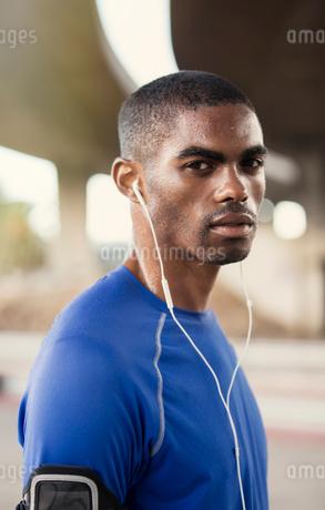 Man with headphones exercising on city streetの写真素材 [FYI02161840]