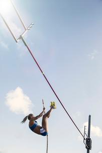 Pole jumper approaching barの写真素材 [FYI02161875]