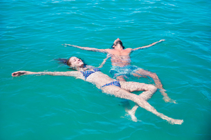 Couple relaxing in water togetherの写真素材 [FYI02161903]