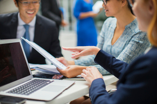 Business people having meeting in office buildingの写真素材 [FYI02161944]