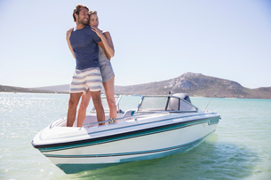 Couple standing on boat togetherの写真素材 [FYI02161945]