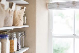 Dry goods and window of pantryの写真素材 [FYI02161946]