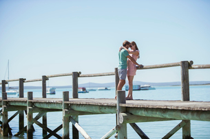 Couple hugging on wooden dockの写真素材 [FYI02162119]