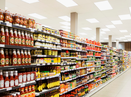 Stocked shelves in grocery store aisleの写真素材 [FYI02162225]