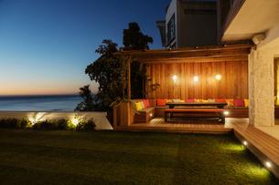 Illuminated patio at nightの写真素材 [FYI02162317]