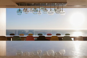 Long dining table overlooking oceanの写真素材 [FYI02162363]