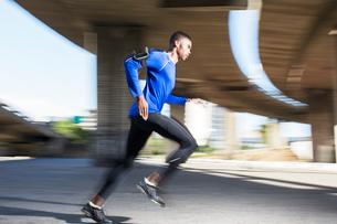 Man running through city streetsの写真素材 [FYI02162365]