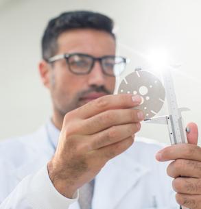 Scientist using caliperの写真素材 [FYI02162380]