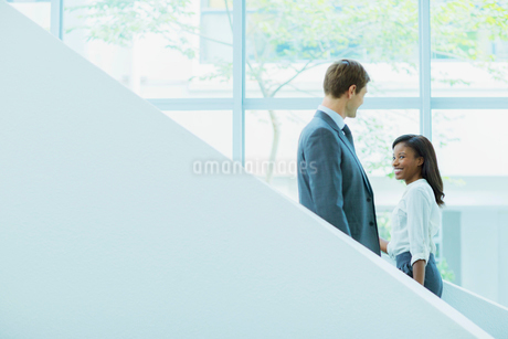 Business people crossing paths on staircaseの写真素材 [FYI02162414]