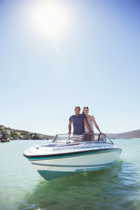 Couple standing in boat togetherの写真素材 [FYI02162433]