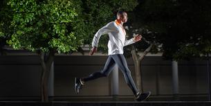 Man running through city streetsの写真素材 [FYI02162539]