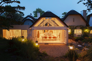 Open modern house illuminated at nightの写真素材 [FYI02162557]