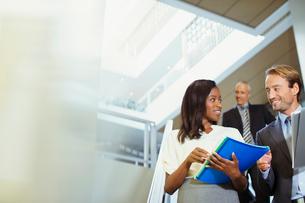 Business people talking in office buildingの写真素材 [FYI02162614]