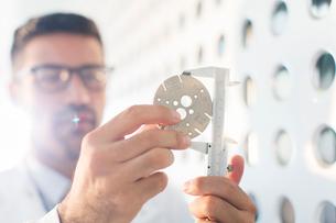Scientist using calipersの写真素材 [FYI02162638]