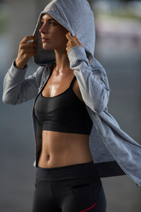 Woman putting on sweatshirt after exerciseの写真素材 [FYI02162650]