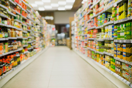 Defocussed view of grocery store aisleの写真素材 [FYI02162653]