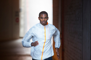 Man running through city streetsの写真素材 [FYI02162655]