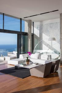 Sliding glass doors of modern living roomの写真素材 [FYI02162698]