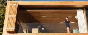 Woman standing on luxury balconyの写真素材 [FYI02162809]
