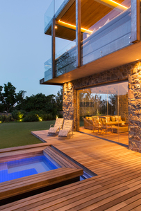 Modern house overlooking swimming pool and wooden deckの写真素材 [FYI02162823]