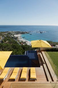 View of ocean beyond luxury swimming pool and patioの写真素材 [FYI02162972]