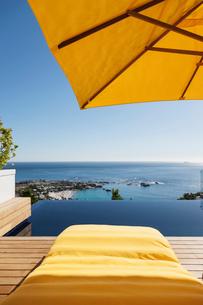 Lounge chair overlooking infinity pool and oceanの写真素材 [FYI02163001]