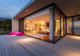 Sliding glass doors onto bedroom of modern houseの写真素材 [FYI02163029]