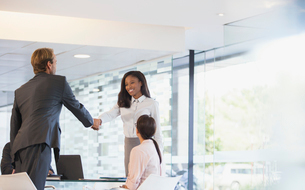 Business people shaking hands in office buildingの写真素材 [FYI02163030]