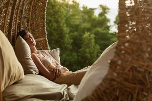 Portrait of serene woman in nest tree houseの写真素材 [FYI02163068]