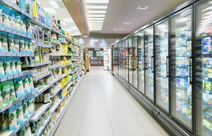 Empty aisle in grocery storeの写真素材 [FYI02163112]