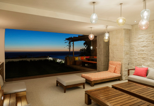 Luxury patio overlooking ocean at nightの写真素材 [FYI02163122]