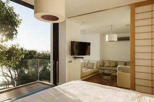 Sunny bedroom with balconyの写真素材 [FYI02163155]