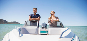 Couple standing in boat on waterの写真素材 [FYI02163190]