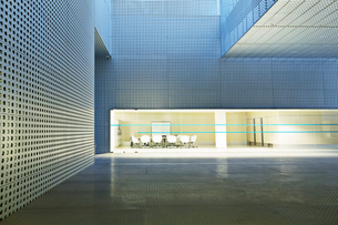 Illuminated conference room in modern buildingの写真素材 [FYI02163192]