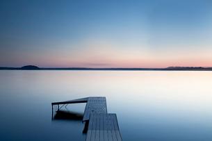 Dock over still lake, Saratoga Lake, New York, United Statesの写真素材 [FYI02163258]