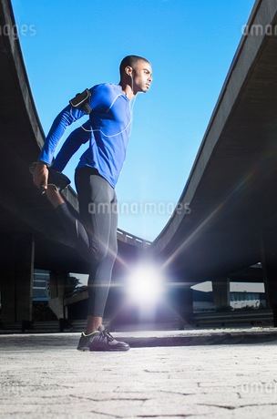 Man stretching before exercisingの写真素材 [FYI02163370]