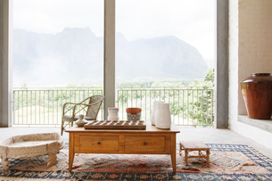 Coffee table in living room overlooking landscapeの写真素材 [FYI02163405]