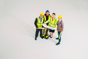 Portrait of confident construction workers with blueprintsの写真素材 [FYI02163407]