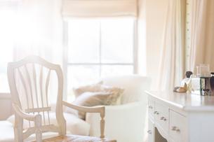Armchair at vanity of rustic houseの写真素材 [FYI02163413]