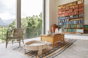Bookcase and coffee table in modern houseの写真素材 [FYI02163420]