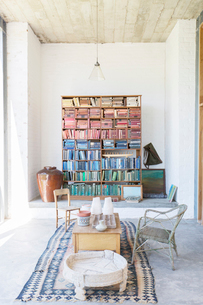 Bookshelves and coffee table in rustic houseの写真素材 [FYI02163443]