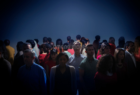 Crowd turning back on bright lightの写真素材 [FYI02163516]