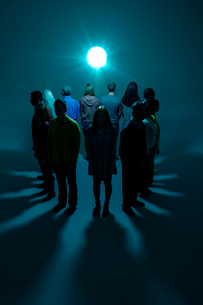 Group with backs to bright lightの写真素材 [FYI02163568]